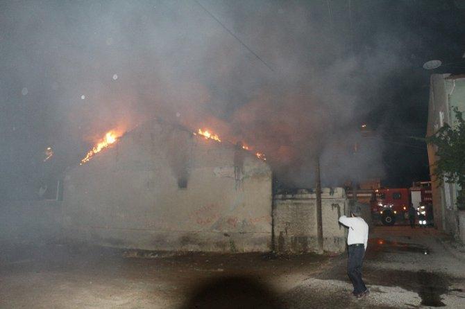 Yangın çıkan evdeki vatandaşı yanmaktan polis ekipleri kurtardı
