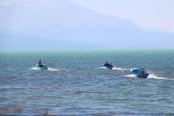 Balıkçı tekneleri göl üzerinde yarıştı