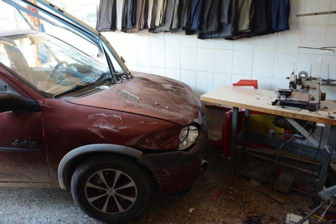 Kaza yapan otomobil terzi dükkanına girdi: 1 yaralı