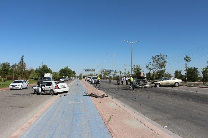 Karşı şeride geçen otomobil, iki otomobile çarptı: 7 yaralı