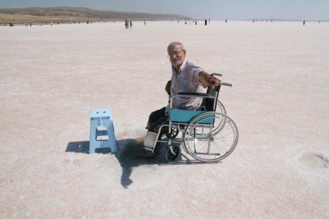Yaşlı, genç şifa için Tuz Gölü'ne geliyor