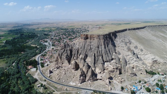 Aksaray'ın peribacaları olan Selime Katedrali turistlerin ilgi odağı