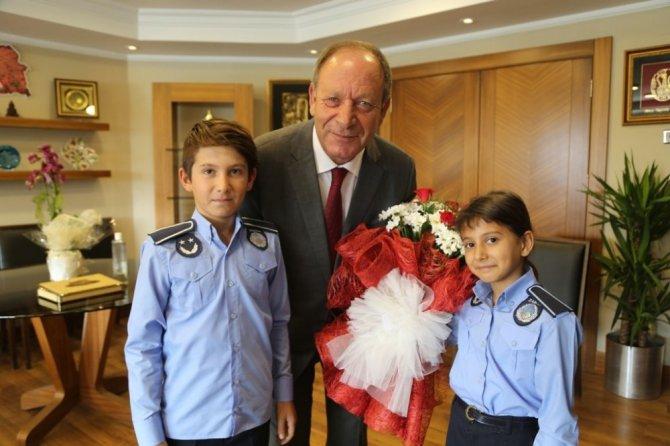 Minik zabıtalardan Başkan Oprukçu'ya sürpriz ziyaret