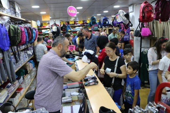 Okul alışverişini son güne bırakanlar mağazaları doldurdu