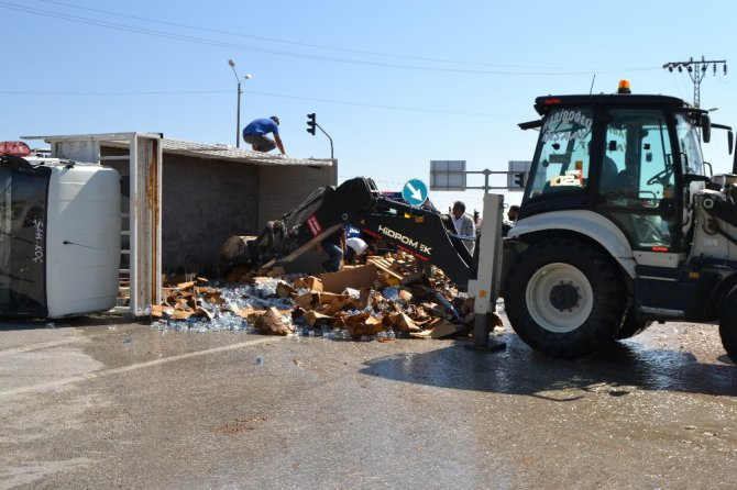 Konya'da su yüklü kamyonet devrildi: 2 yaralı