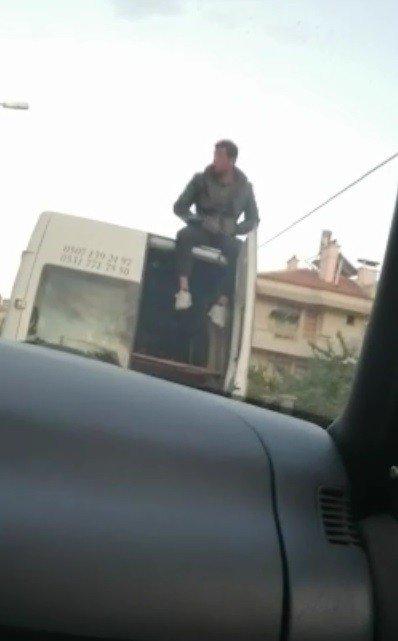Eşya taşınan kamyonetin üzerinde tehlikeli yolculuk
