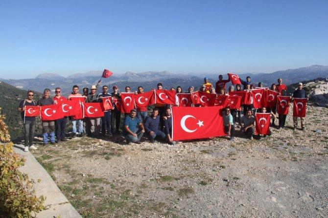 Doğaseverlerden Mehmetçiğe destek tırmanışı