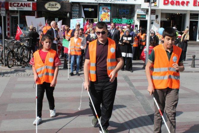 Konya'da görme engelliler farkındalık için yürüdü