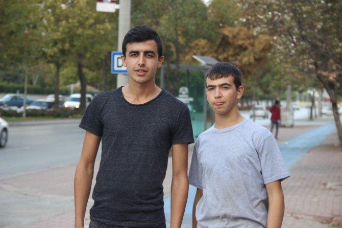 Trafikte tartıştığı gençlerin elektrikli bisikletini ciple ezdi