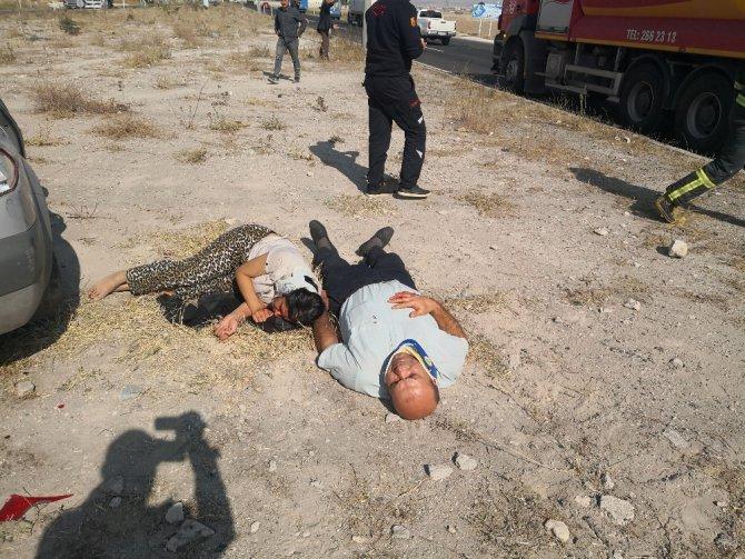 Minibüsle otomobil çarpıştı, yaralılar refüje saçıldı: 6 yaralı