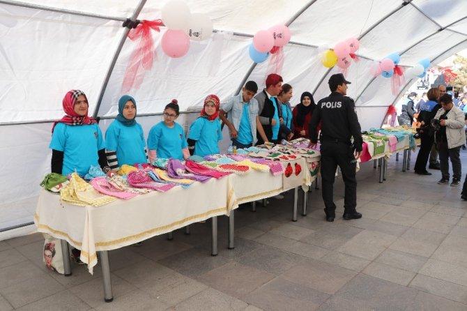 Polislerle çalışma yapan özel gençlerin özel sergisi açıldı