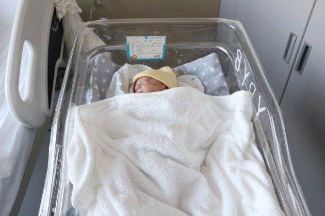 955 gram doğan Aren bebek 100 günde hayata tutundu