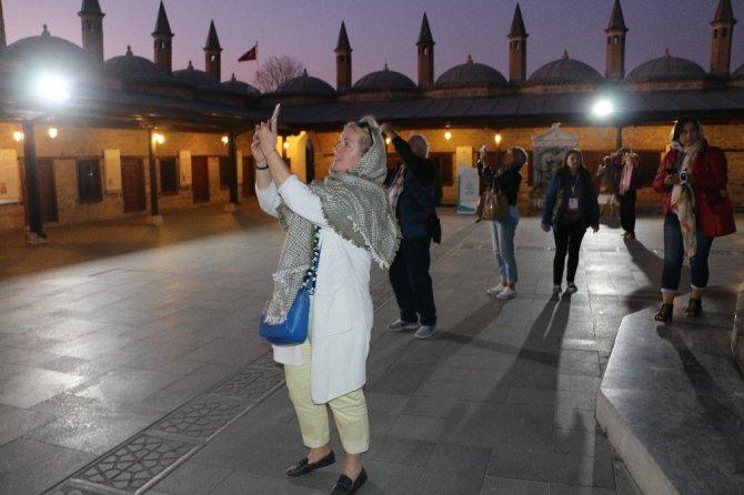 Yabancı gazeteciler Mevlana Hazretleri'nin Türbesini ziyaret etti