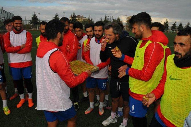 Başkan Akkaya'dan Akşehirsporlu futbolculara baklava