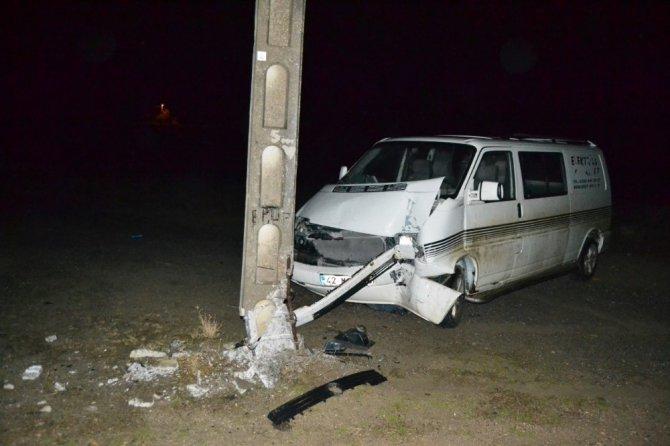Minibüs elektik direğine çarptı: 2 yaralı