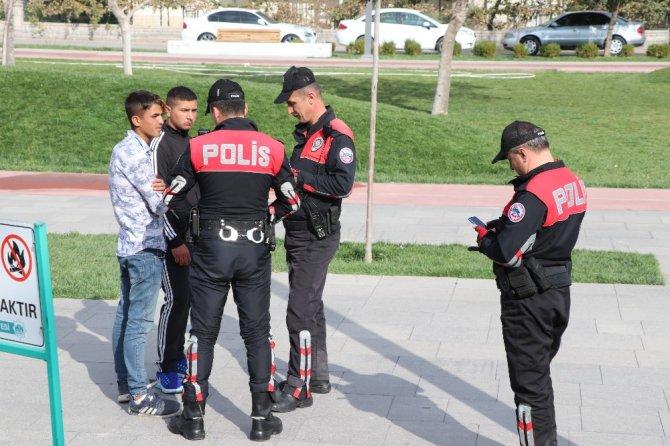 Öğrenciler derste, polis devriyede