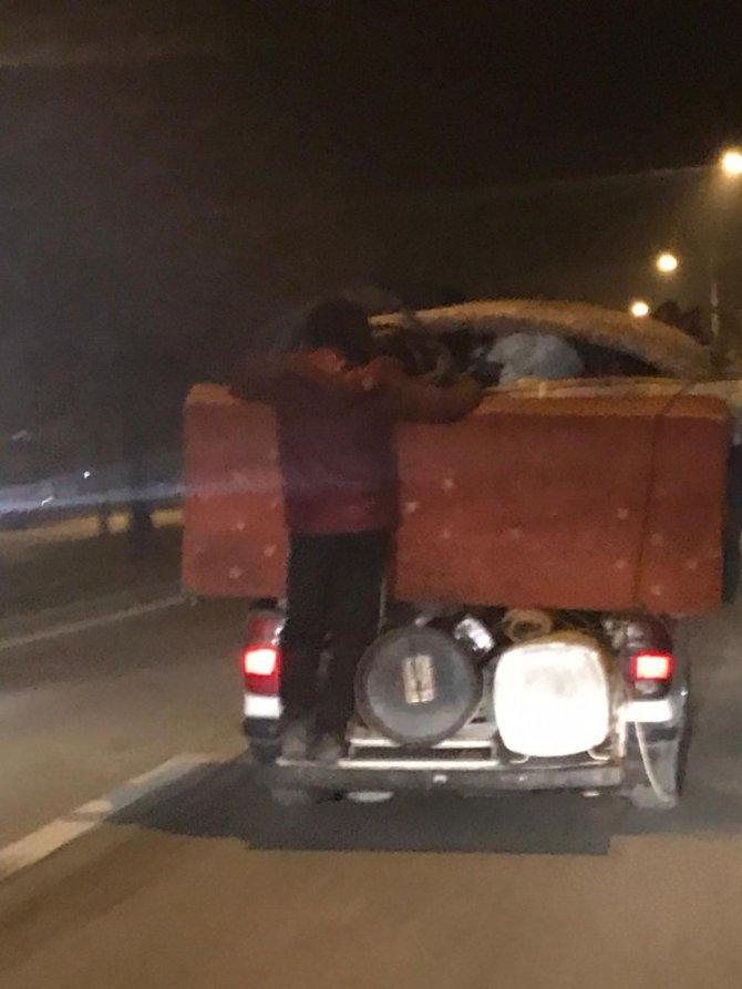 Eşya yüklü kamyonette tehlikeli yolculuk
