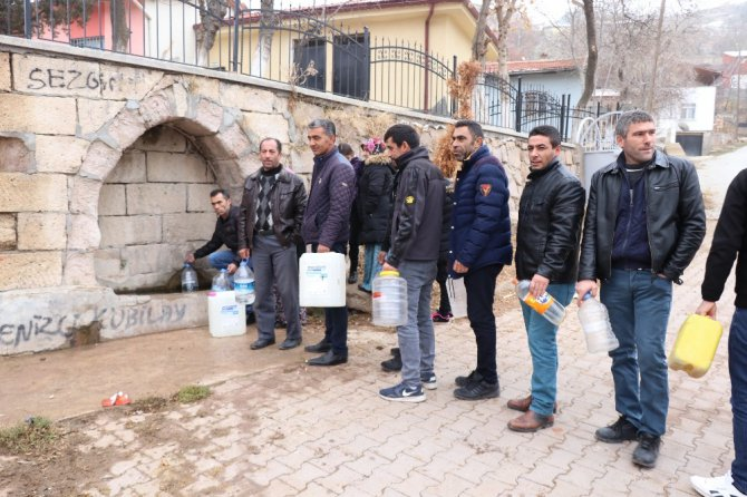 Ödenmemiş faturalar nedeniyle susuz kalan köy halkı yardım bekliyor