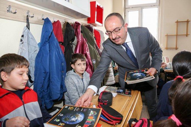 Başkan Kavuş, Bilim Kurdu Dergisi'ni öğrencilere dağıttı