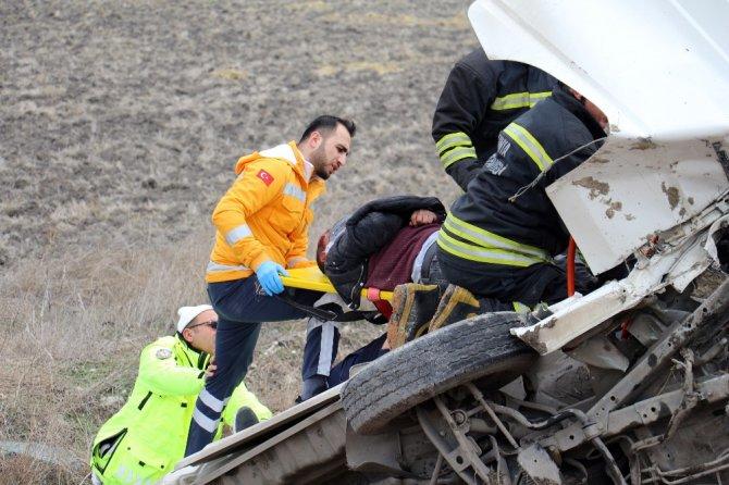 Takla atan minibüste sıkışan 2 kişi itfaiye tarafından kurtarıldı