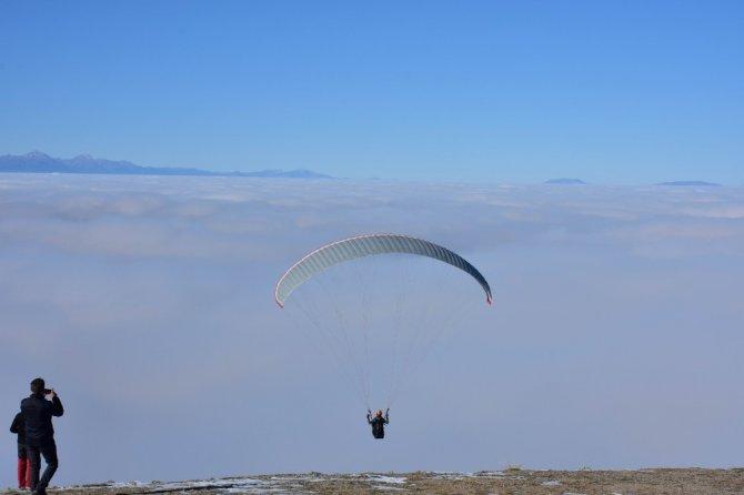 Sis bulutlarında nefes kesen yamaç paraşütü uçuşu