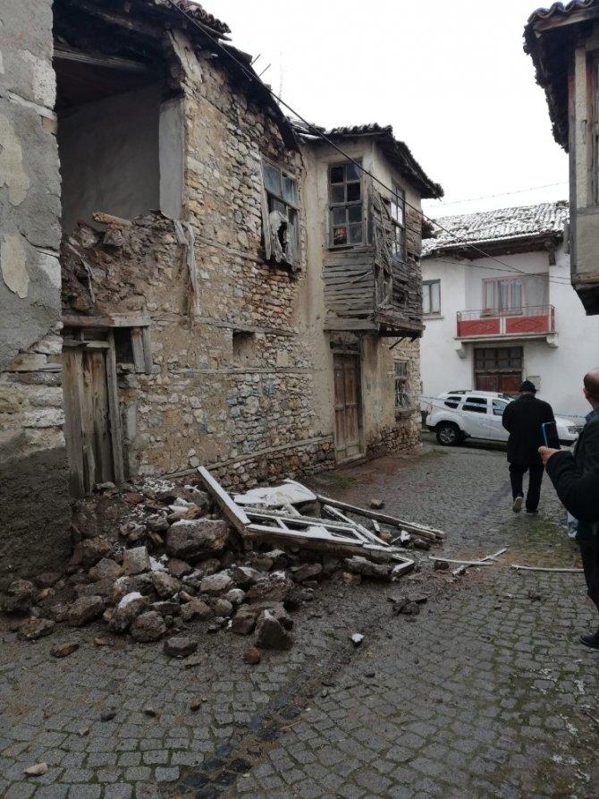 Beyşehir'de tescilli yapının dış cephe duvarı yola çöktü