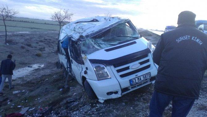 Buzlu yolda araçlar şarampole yuvarlandı: 12 yaralı