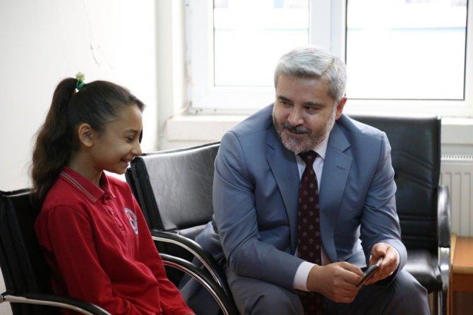 ASÜ Rektörü Şahin'den minik Semanur'a ziyaret