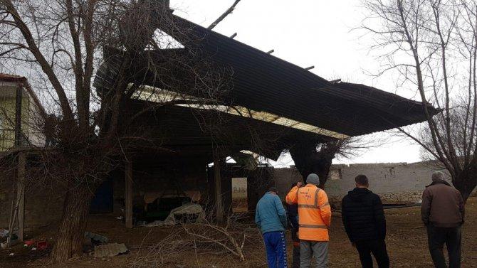 Aksaray'da fırtına mandıranın çatısını uçurdu