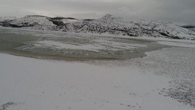 Konya'da buz tutan barajda kartpostallık görüntüler ortaya çıktı