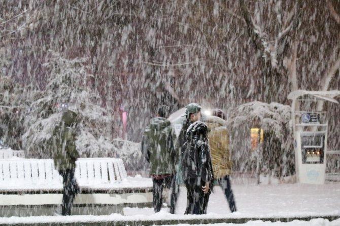 Aksaray'da kar yağışı kartpostallık görüntüler oluşturdu