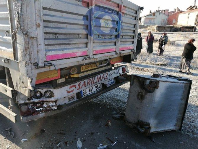 Güneşten etkilenen sürücü önce çöp konteynerine sonrada tıra çarptı