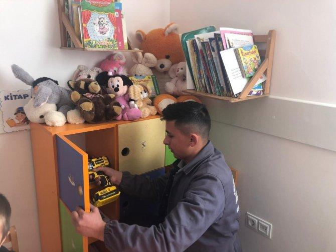 Yaşlıların evlerinin ardından şimdi de okulları onarıyorlar
