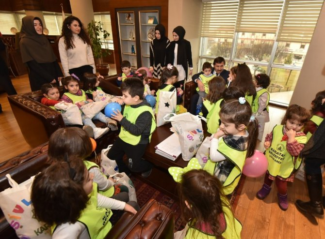 Başkan Kılca vatandaşa pişi, çocuklara şivlilik dağıttı