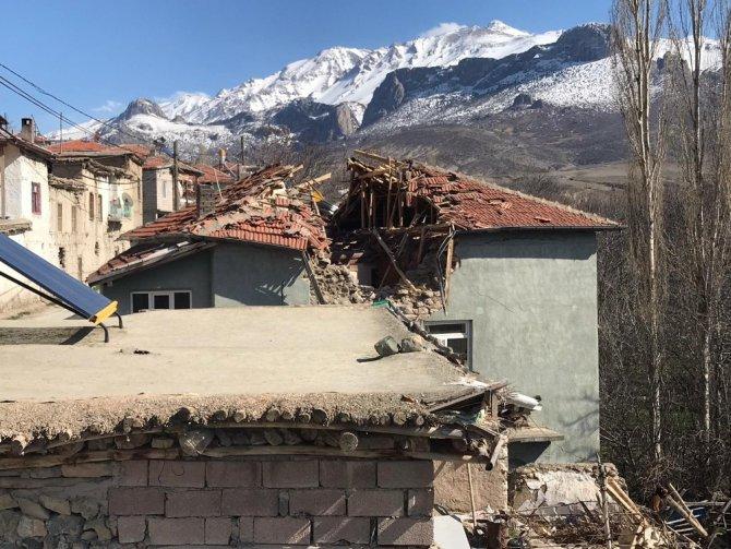 Fırtına nedeniyle evin üzerine minare devrildi
