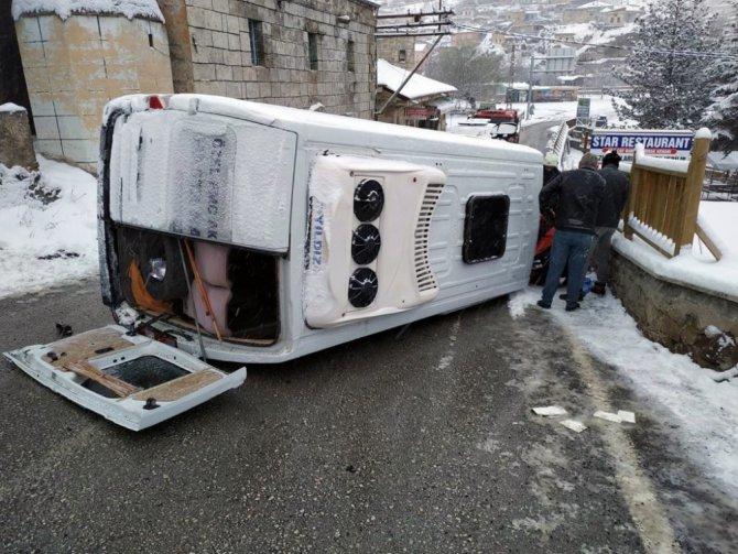 Aksaray'da hasta taşıyan minibüs devrildi: 2 yaralı