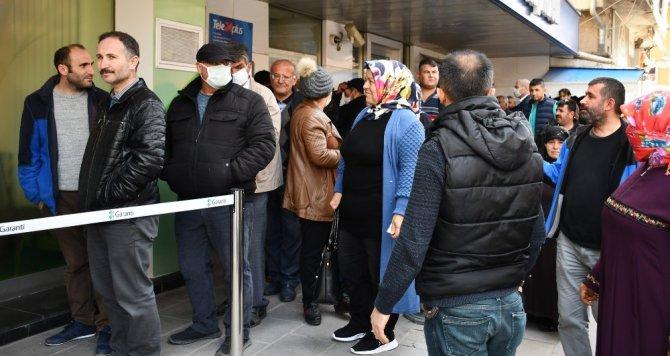 Aksaray'da polis kimlik ve kuyrukta mesafe kontrolü yaptı