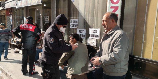 Israrla sokakta kalan 65 yaş üstü vatandaşlara 392 TL ceza
