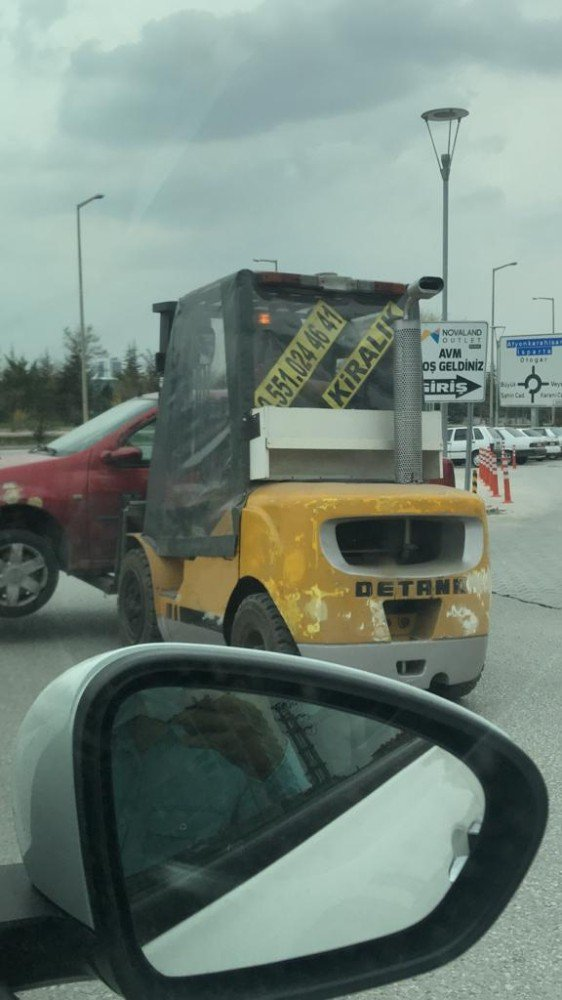 Forklift ile caddede otomobil taşıdı