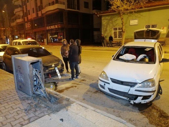 Alkollü sürücü önce otomobile, sonra elektrik panosuna çarptı