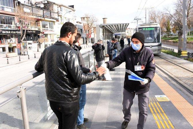 Konya Büyükşehir toplu ulaşımı kullanan yolculara maske dağıttı