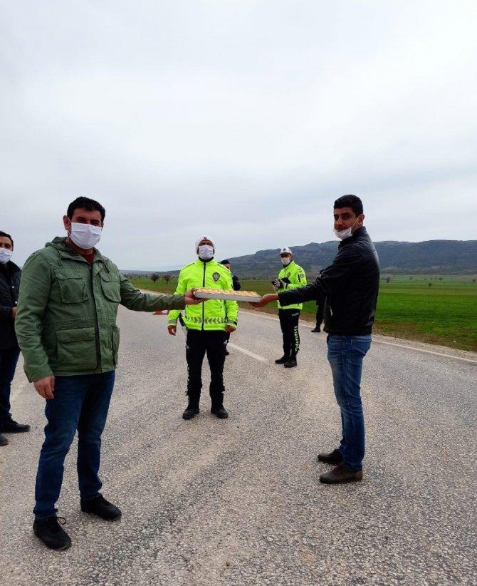 Başkan Çiğdem'den polislere baklava ikramı