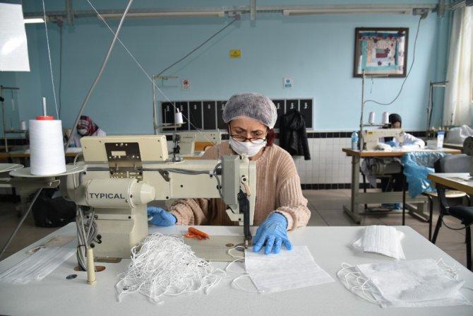 Selçuklu'da gönüllülük esasıyla günde 15 bin tıbbi maske üretiliyor