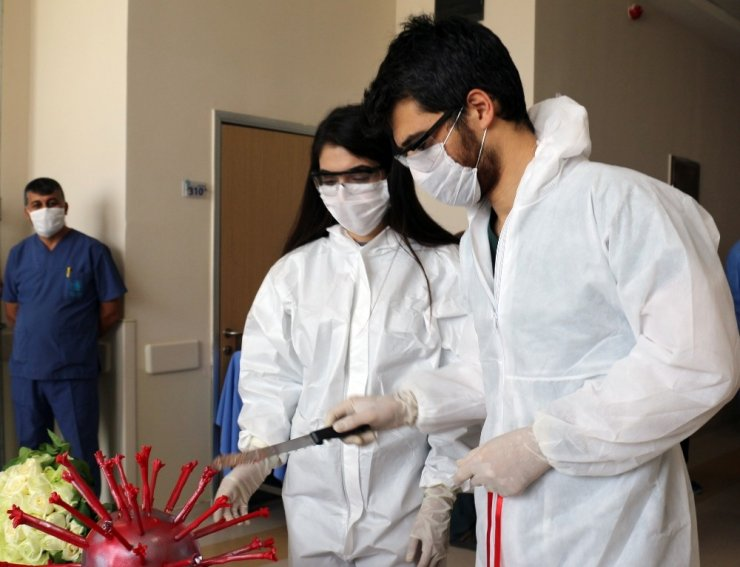 Doktor ve hemşire korona virüsten ertelenen nişanlarını hastanede yaptı