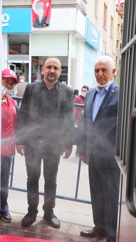 Aksaray Kızılay'da vatandaşlar dezenfektan kabininden geçiriliyor