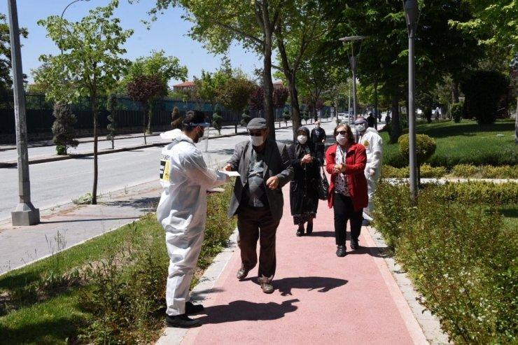 Konya Büyükşehir sokağa çıkan büyüklerini yalnız bırakmadı