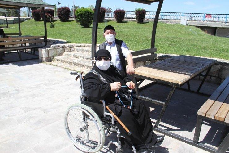 Beyşehir'de 65 yaş üstü vatandaşlar göl kenarına akın etti