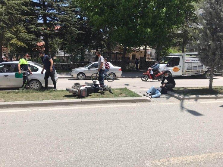 Otomobilin çarptığı elektrikli bisiklet sürücüsü yaralandı