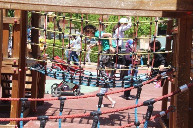 Konya'da parklar çocuklarla doldu