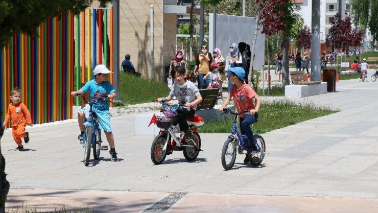 Aksaray'da sokağa çıkan çocuklar doyasıya eğlendi